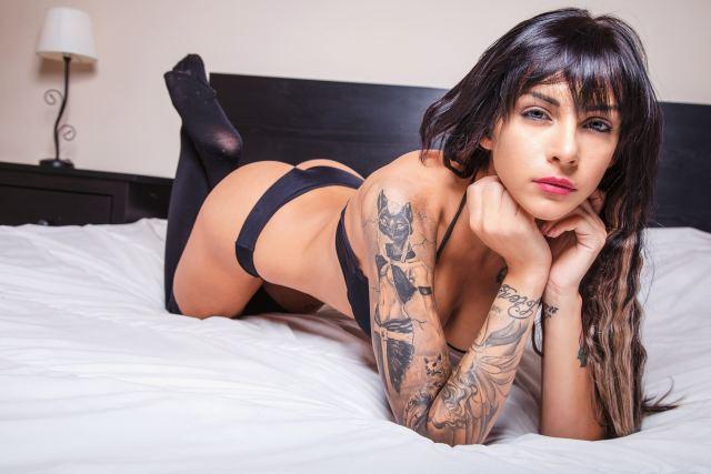 Frau mit zahlreichen Tattoos