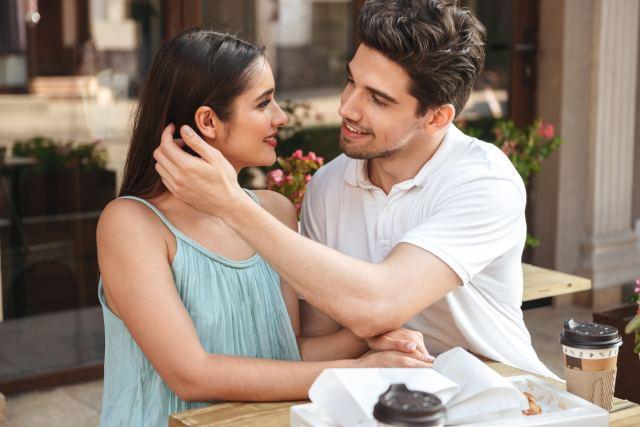 Pärchen flirtet im Café