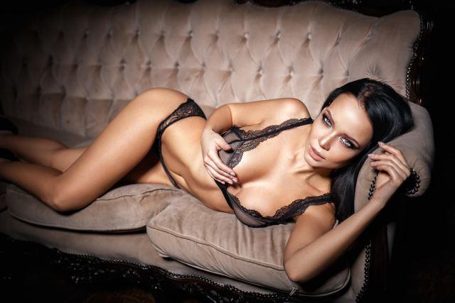 sexy Frau posiert auf dem Sofa