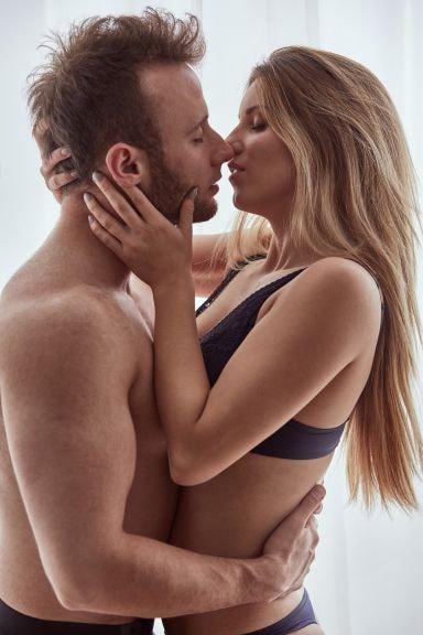 Man och kvinna kysser
