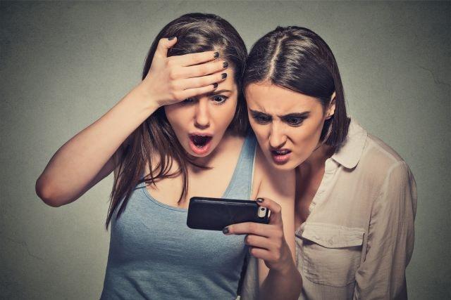 girlfriend realizing her boyfriend is stashing her in social media
