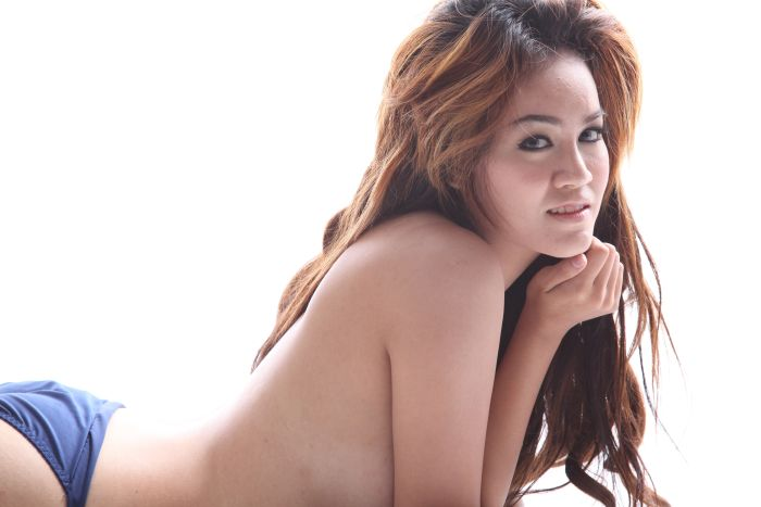 Naked Thai Girl showing what she has