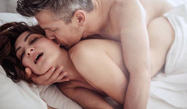 unge elskere har lidenskabeligt sex