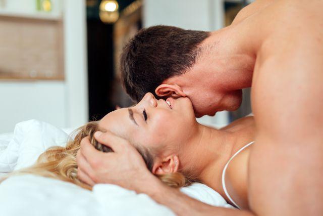 Kærlig par ligger på sengen