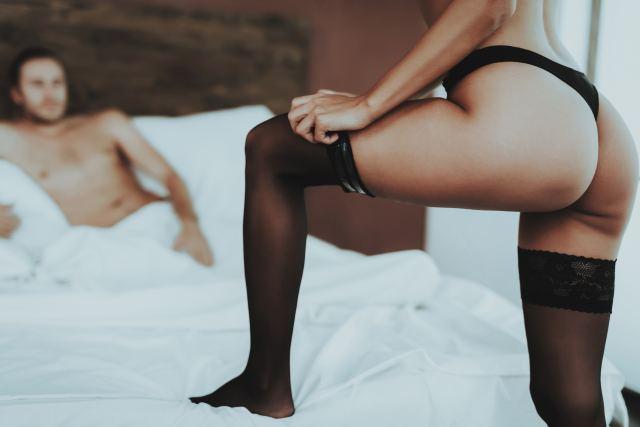 Frau strippt vor ihrem Partner
