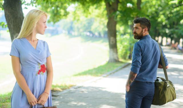 Frau und Mann haben Blickkontakt bei einer Begegnung auf der Straße