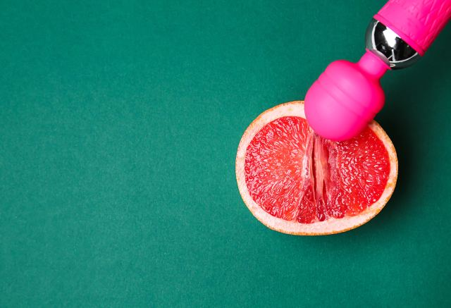 Masturbator liegt auf halber Grapefruit