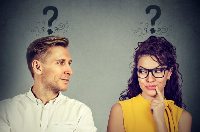 Mann und Frau mit Fragezeichen über dem Köpfen