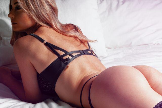 Heiße Blondine liegt auf Bett