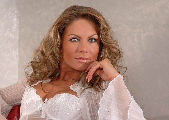 Attraktive Dame in weißer Reizwäsche
