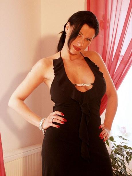 Schwarzhaarige Frau im schwarzen engen Kleid