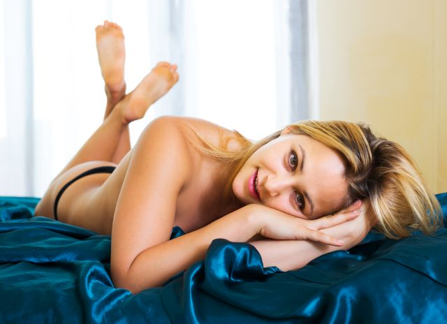 naked Hamilton blonde waiting in bed for you