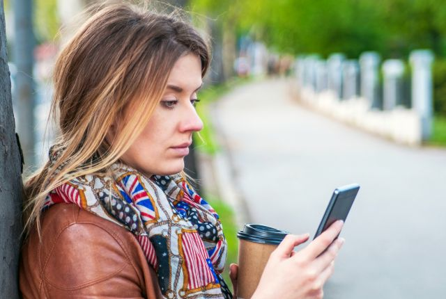woman wondering why he stopped texting her