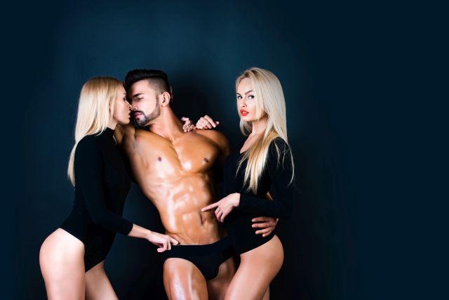 swinger single man having fun with 2 naked ladies