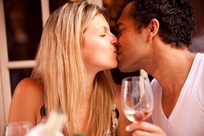 kyssende par