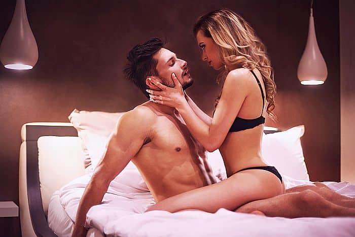 Seksikäs nainen ja mies alusvaatteet