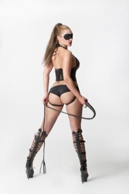 Bild einer Frau mit Peitsche