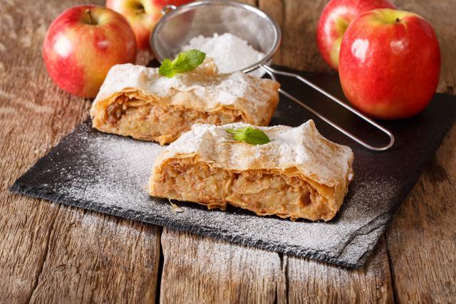 Appetitlich angerichteter Apfelstrudel