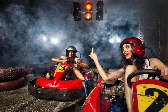zwei junge Frauen beim Autoscooter