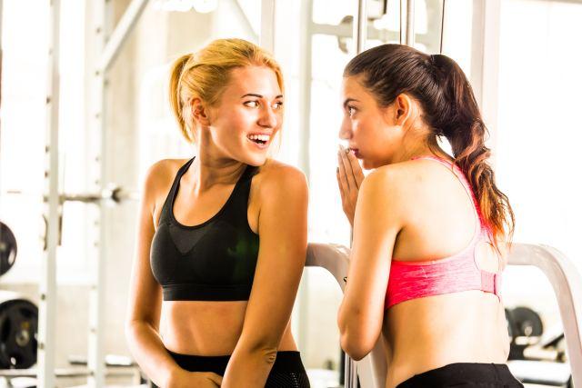 Zwei Frauen in Fitnesskleidung unterhalten sich