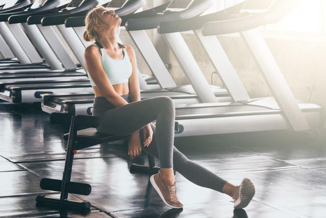 Frau bei einer Pause im Sportstudio
