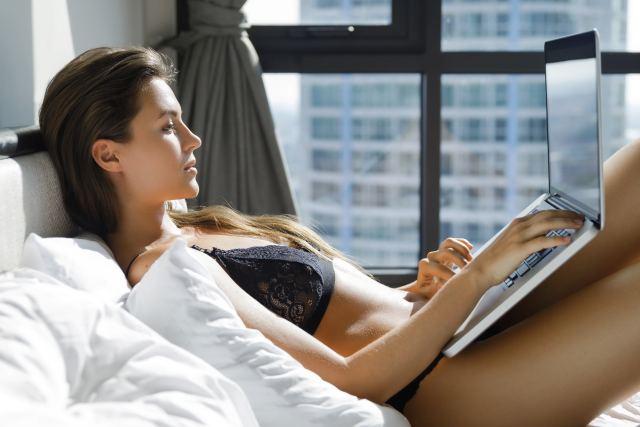Frau masturbiert vor Webcam