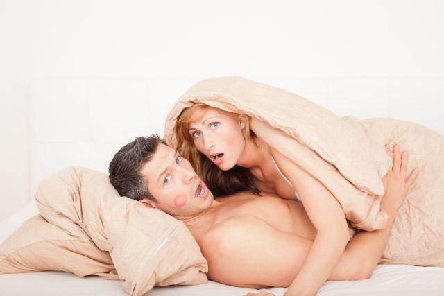 Paar wird beim Seitensprung im Bett erwischt