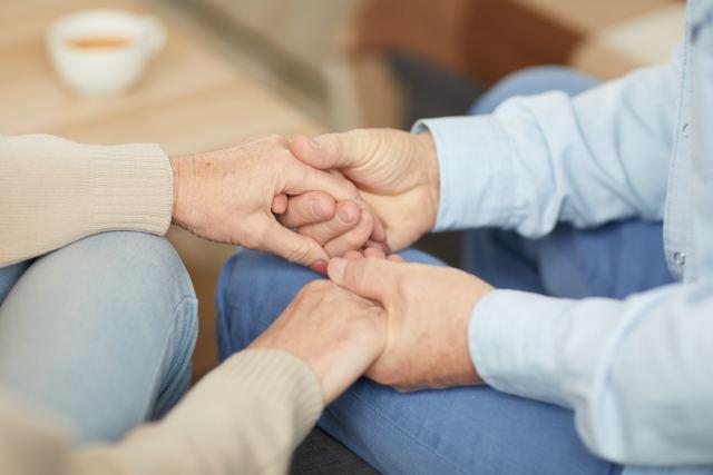 Paar hält sich bei den Händen