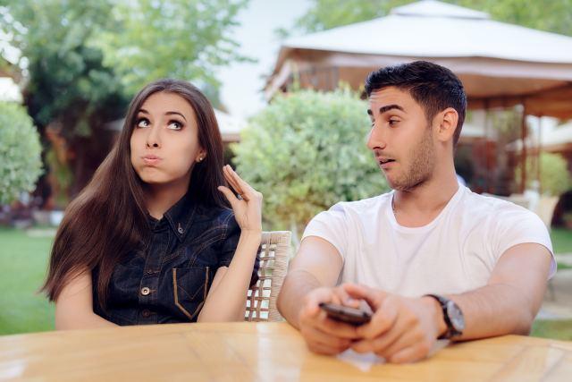 Paar sitzt genervt nebeneinander