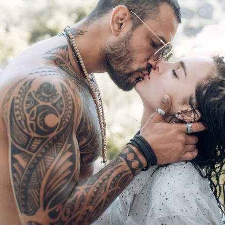 attraktives Paar küsst sich sinnlich