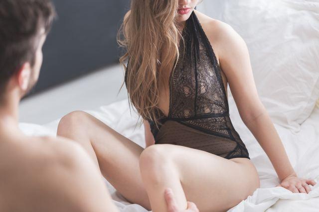 Pärchen auf Bett beim Annähern
