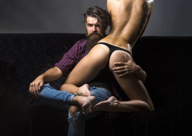 Mann hält eine Frau auf seinem Schoß