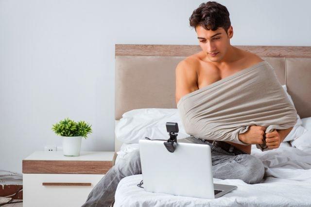 attraktiver Kerl beim Gay Chat spaß
