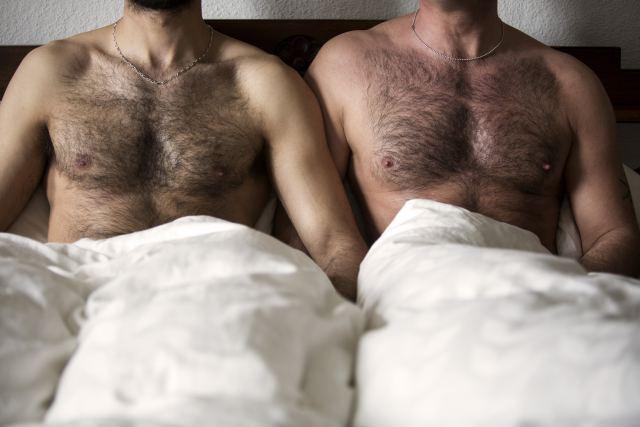 2 Gays kuscheln im Bett