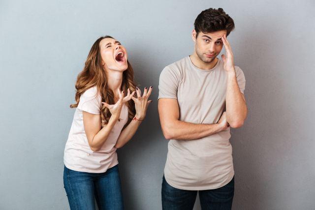 Frau macht verzweifelte Geste neben ihrem Partner