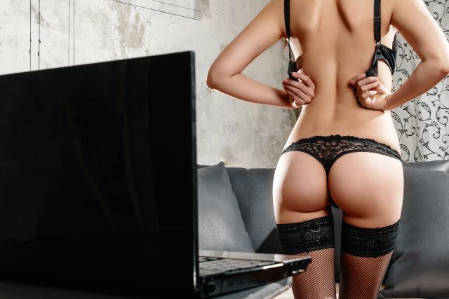 Frau strippt vor Notebook
