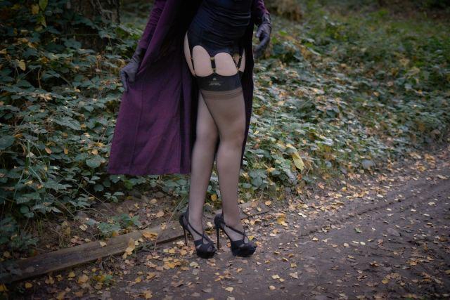 sexy Frauenbeine stehen auf Waldweg