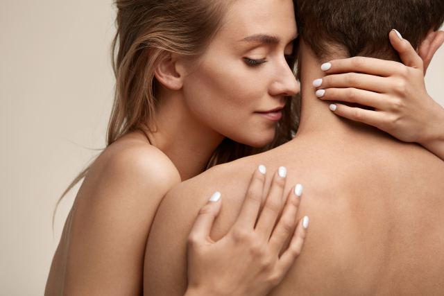 Frau riecht sanft am Nacken ihres Partners
