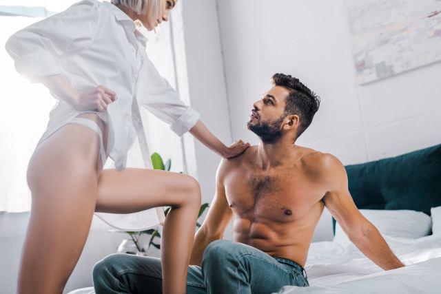 elegante Frau im Schlafzimmer mit ihrem Partner