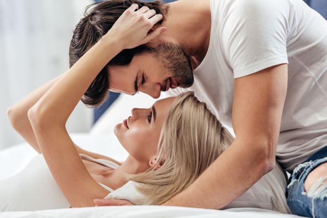Attraktives Paar beim Kuscheln