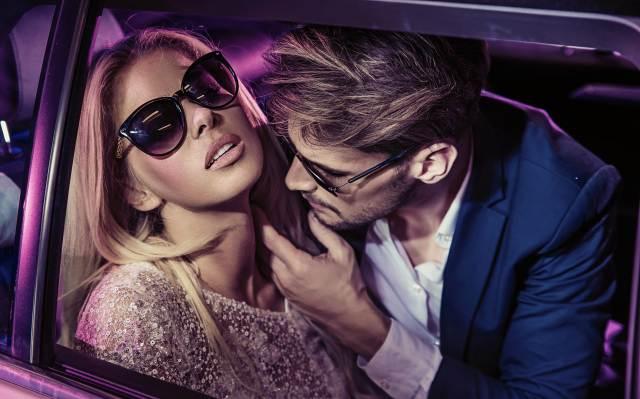 Pärchen beim Liebesspiel im Auto