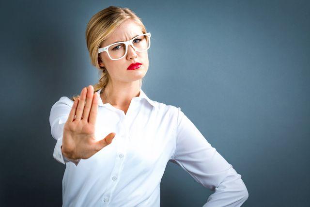 Frau zeigt die Handinnenseite als Nein-Geste