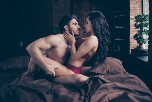 attraktives Paar im Bett