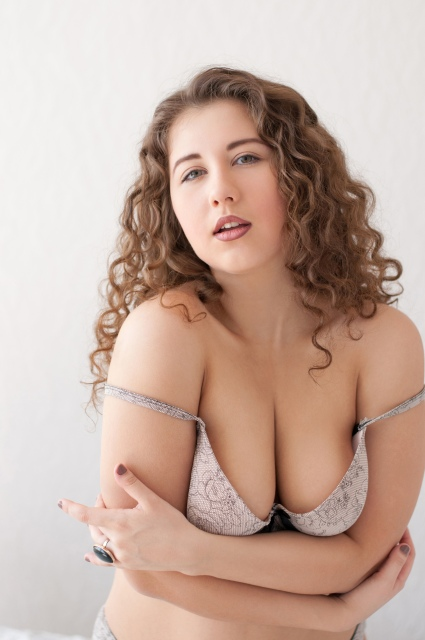 Füllige Frau posiert in Dessous