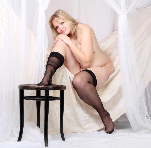 nackte Frau in Tüchern eingehüllt