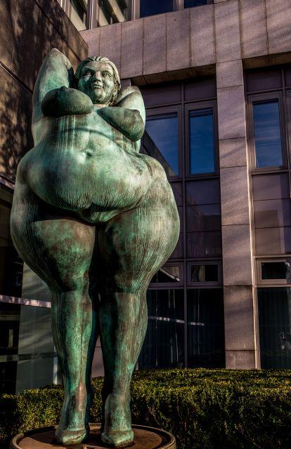 Yolanda von Miriam Lenk, dicke Frauen-Statue vor Gebäude