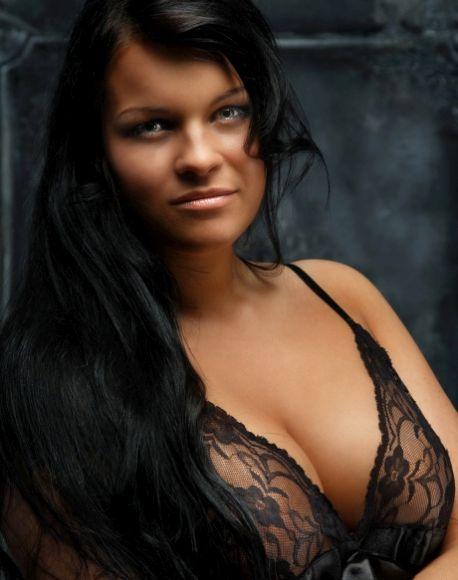 Porträt dunkelhaariger, vollbusiger Frau