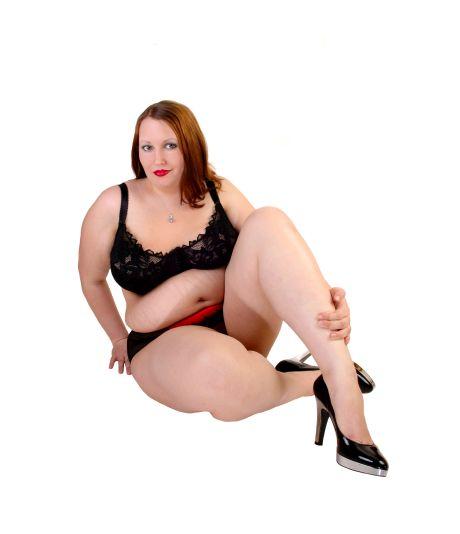 mollige Frau posiert in Dessous für Kamera