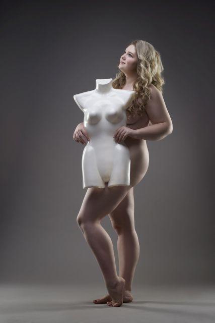 füllige Frau posiert oben ohne für Kamera