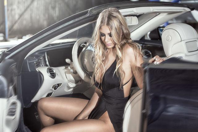 sexy Blondine sitzt in einem Caprio